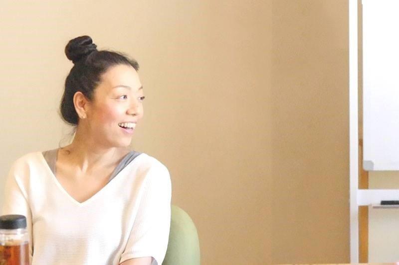 川原朋子先生がハート・オブ・ヨガの指導者養成講座無料説明会でお話されている様子