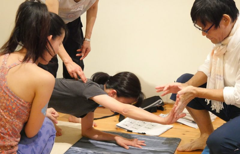 内田先生が生徒さんへ指導している