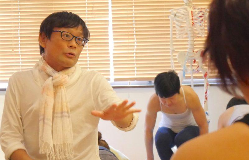 内田先生が生徒さんへ説明している講座の様子