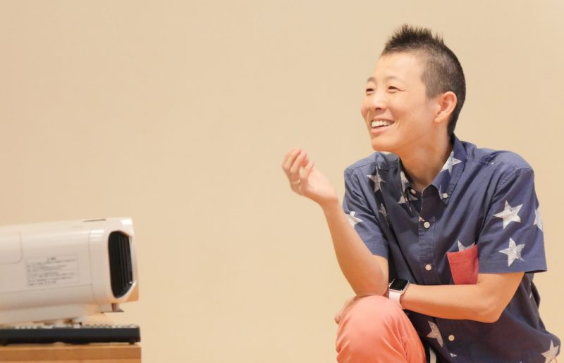 笑顔で話す高尾美穂先生