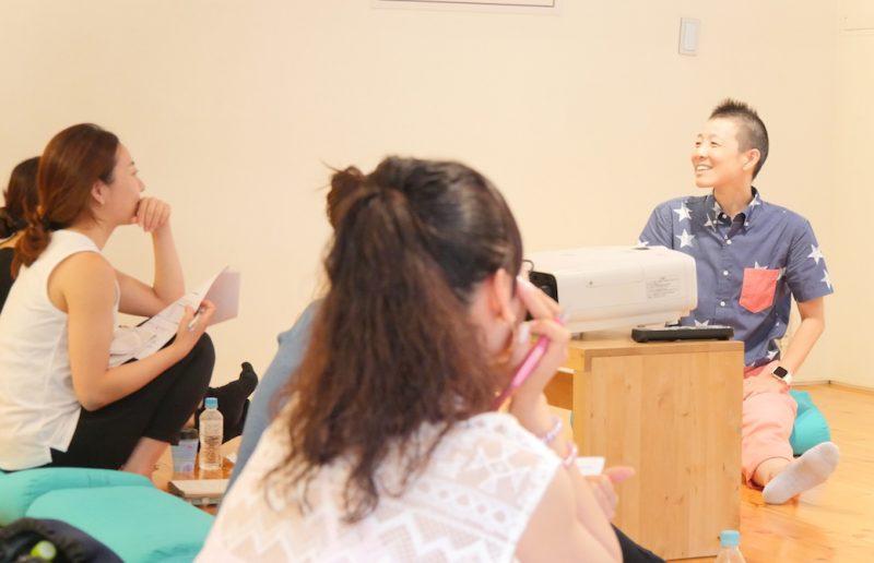 生徒さんと高尾美穂先生が対面してお話しているクラス風景