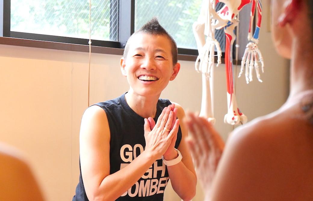 高尾美穂先生が笑顔で合掌している