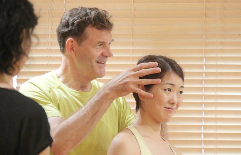 生徒さんの頭の動き方について手を添えてレクチャーしているジェレミー先生