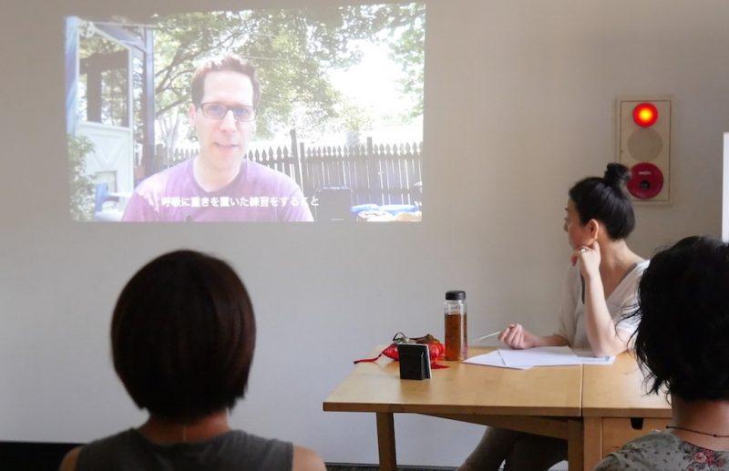 ハート・オブ・ヨガ指導者養成講座の無料説明会でJブラウン先生のビデオメッセージを見ている様子