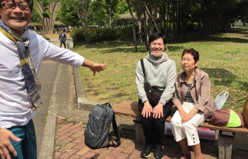 内田先生とぐっち先輩とお母さんが公園で笑顔で会話をしている