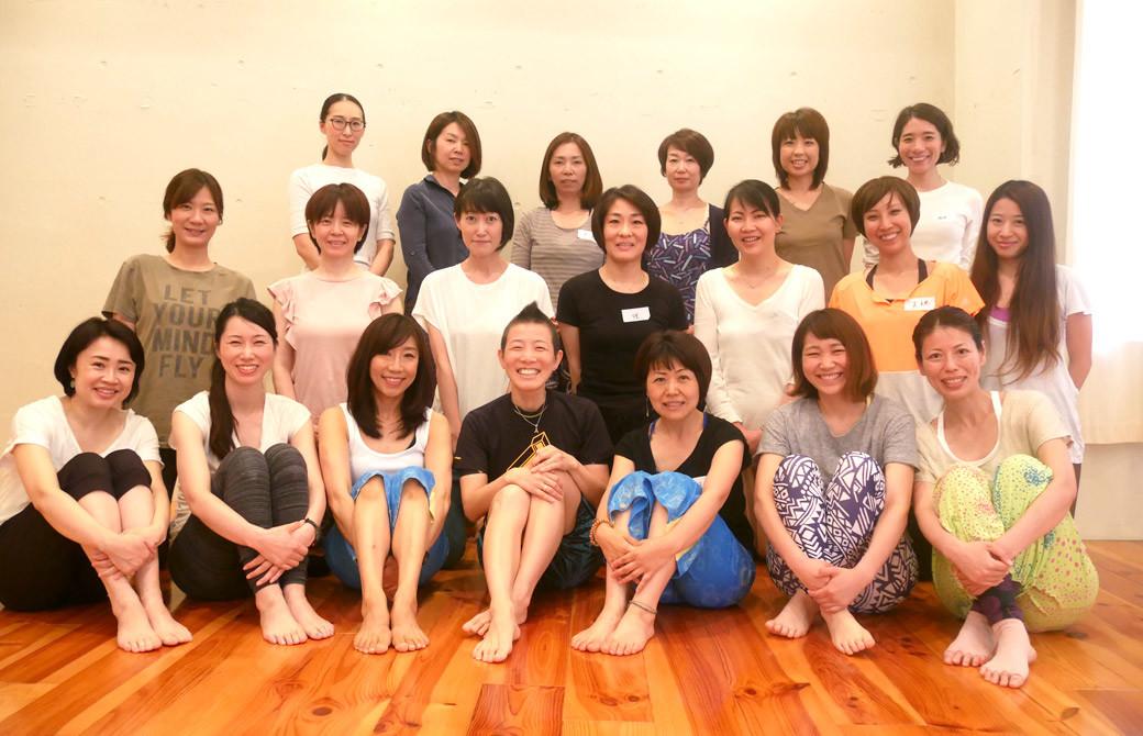 高尾美穂先生と生徒さんの集合写真
