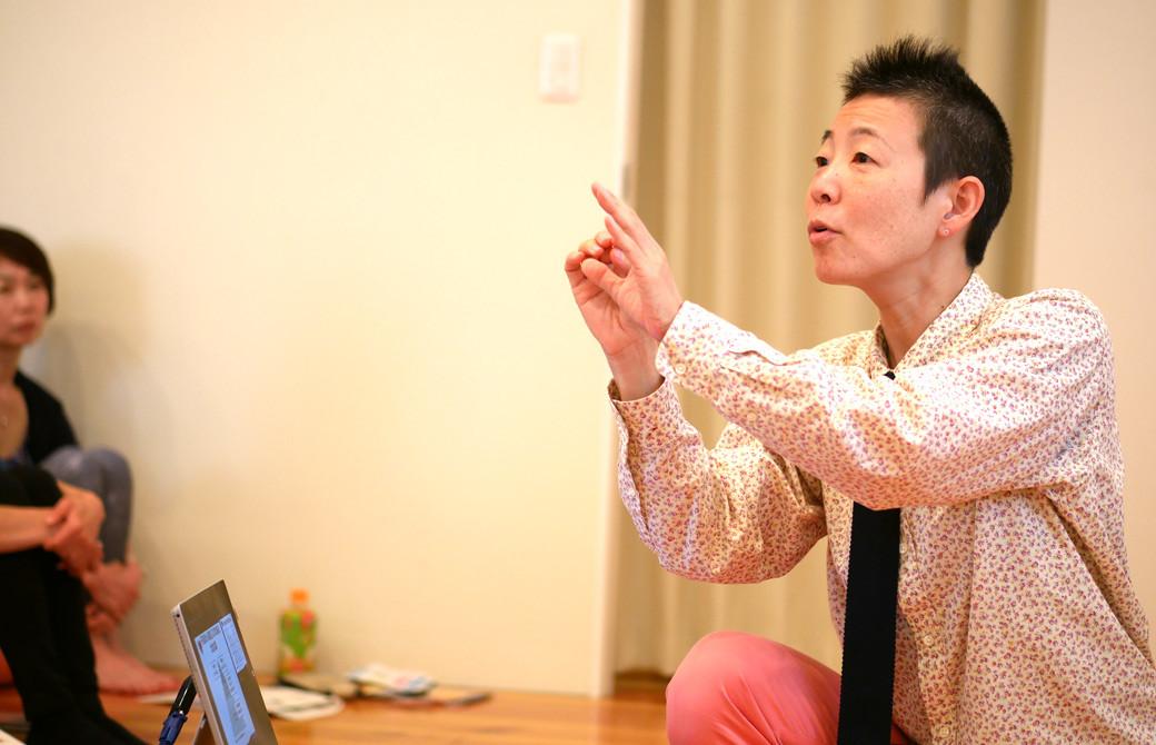 高尾美穂先生が講義をしている様子