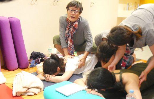 内田先生がレクチャーしている様子を覗き込んで見ている生徒さんたち