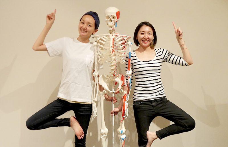 骨模型と一緒にポーズをとっているがんちゃん先輩とざっく