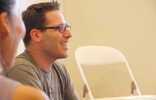 J先生が笑顔で話をしている横顔