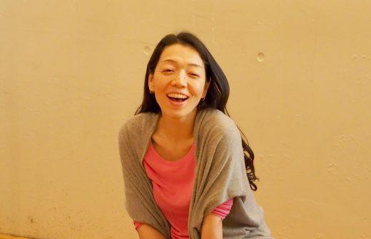 リストラティブ・ヨガ集中講座で朋子先生が笑顔でお話されている様子