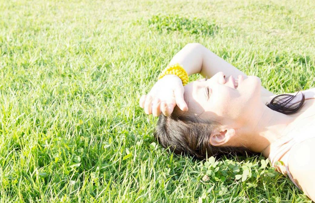草むらに寝転がる真理先生