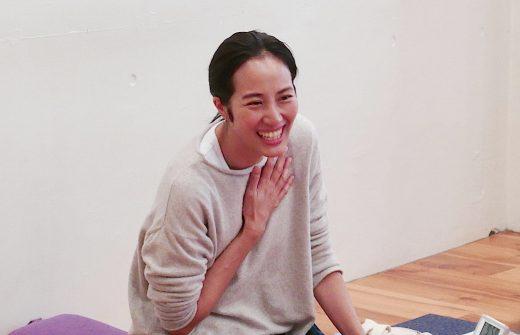香先生が笑顔で話をしているバストアップ写真