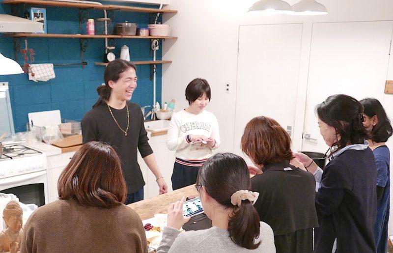 笑顔でキッチンにいる和也先生を囲んでいる生徒さんたちの後ろ姿
