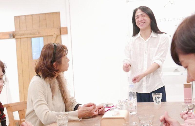 和也先生が笑顔で生徒さんに話をしている