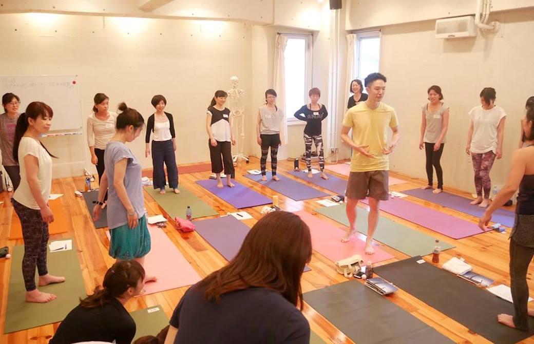 運動を始める前に円になって講師を取り囲む