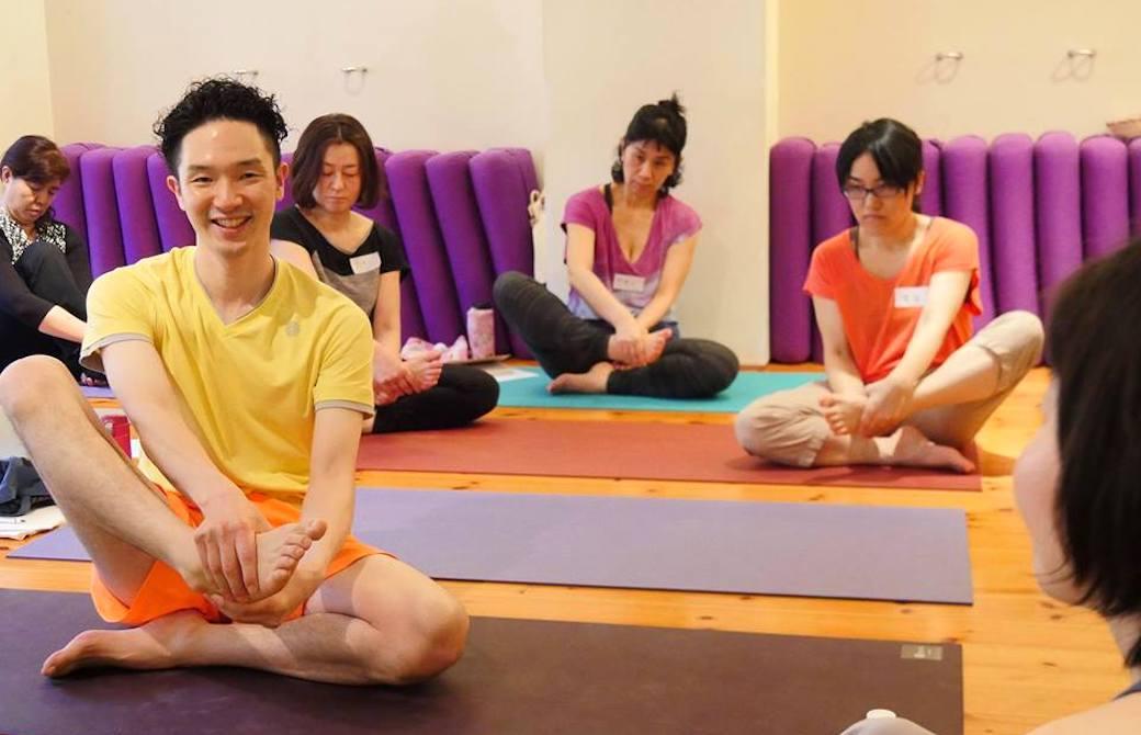 関節を部分的に動かすワークを生徒さんとする大江清一朗