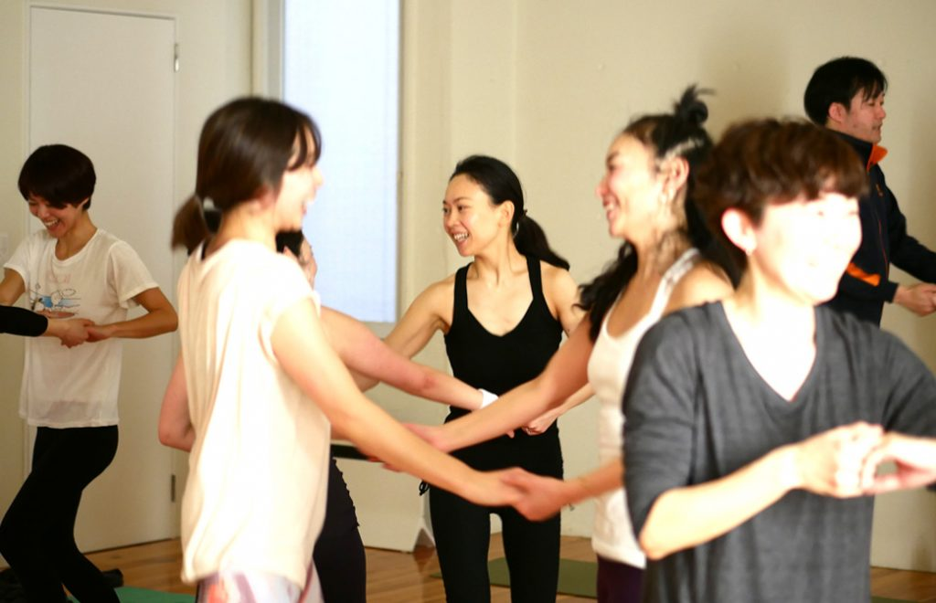 MaikoKurata先生のクンダリーニヨガクラスの様子。ダンスで笑顔になっている生徒さん