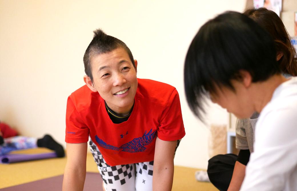 高尾美穂先生が生徒さんに寄り添って話を聞いている様子