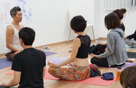 生徒さんと一緒に瞑想をしている中島正明先生