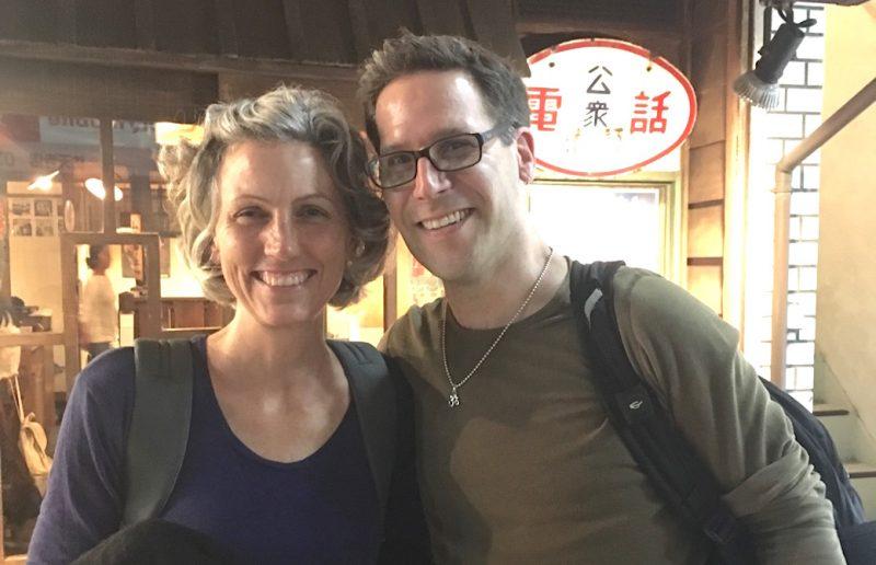 マリア先生とJブラウン先生が居酒屋の前で笑顔で並んでいる2ショット写真