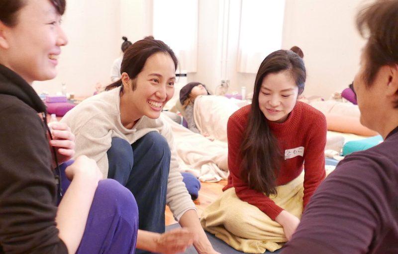 サントーシマ香先生が生徒さんと一緒に話をしている
