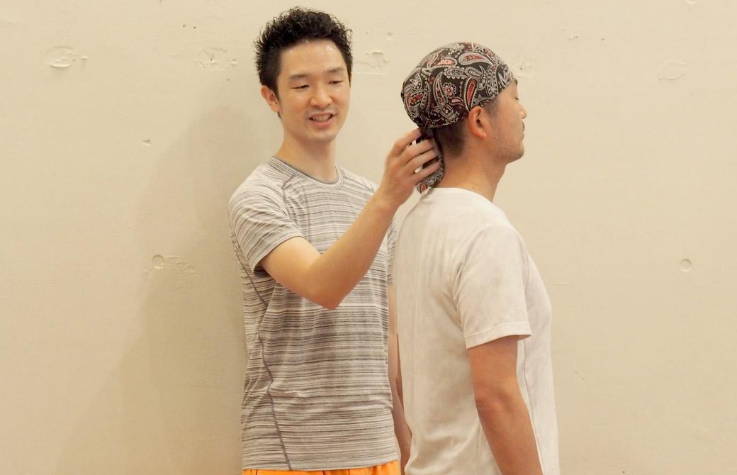 大江清一朗先生が生徒さんの背骨をタッピングしている様子
