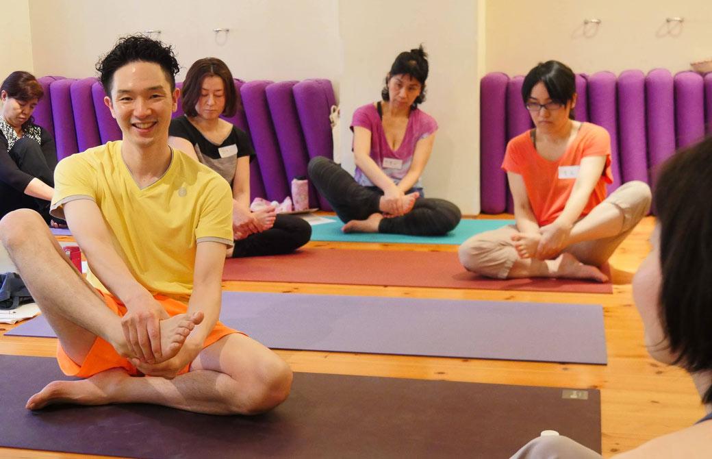 大江清一朗先生が笑顔で講座をされている様子