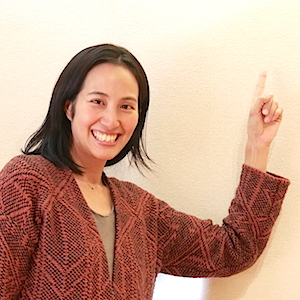 人差し指を立ててポーズをとっているサントーシマ香先生