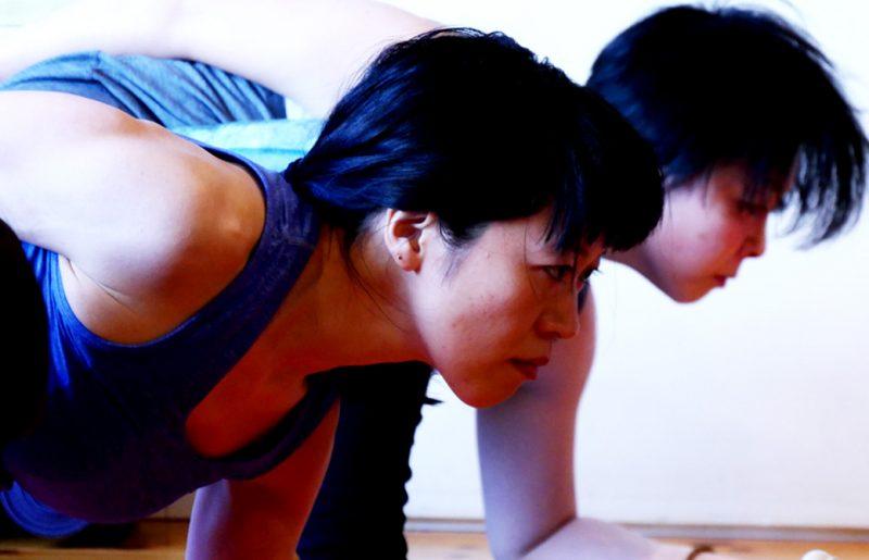 恭子さんがヨガを真剣に練習している