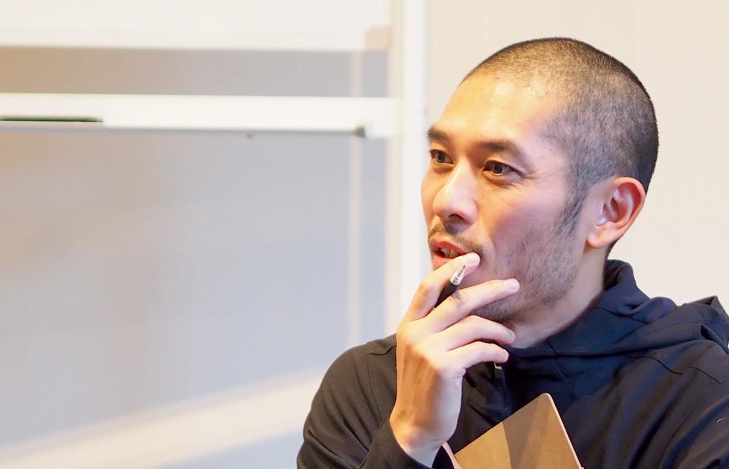 佐藤ゴウ先生が人間力の講座内で生徒さんのお話を聞いている様子