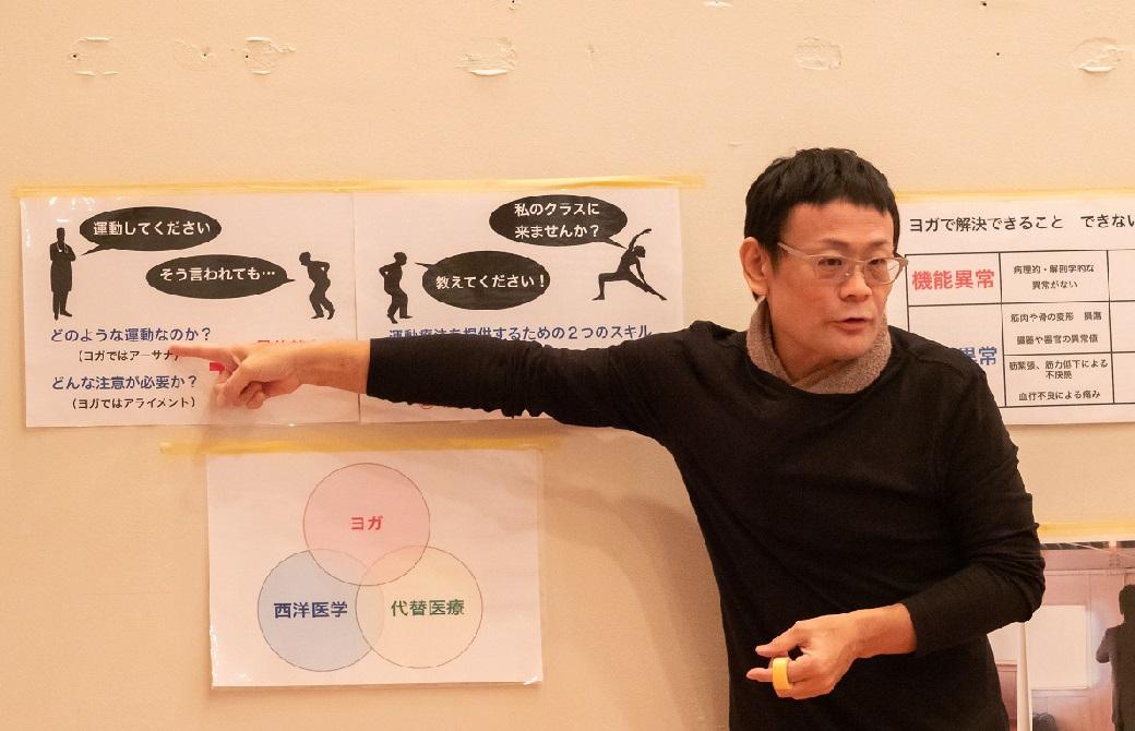 内田かつのり先生がラミネートを指さししている講義風景