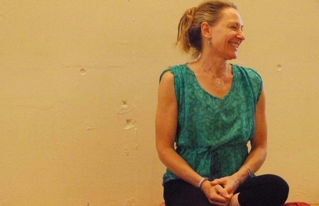 ティアンがリストラティブヨガ指導者養成講座で笑顔で微笑んでいる様子