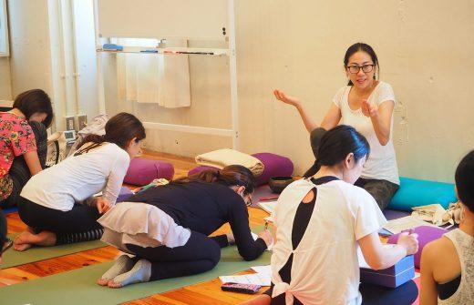 眞喜子先生が勉強会でお話している様子