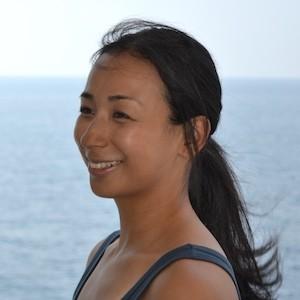 海辺で微笑む純子さん