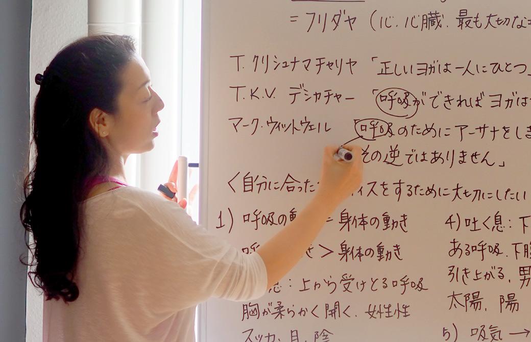 ハートオブヨガワークショップで川原朋子先生が講義している様子
