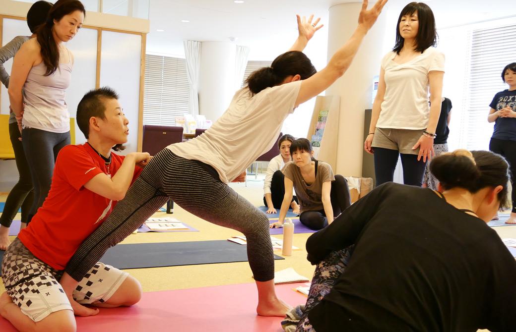 高尾美穂先生が生徒さんをアジャストしている様子