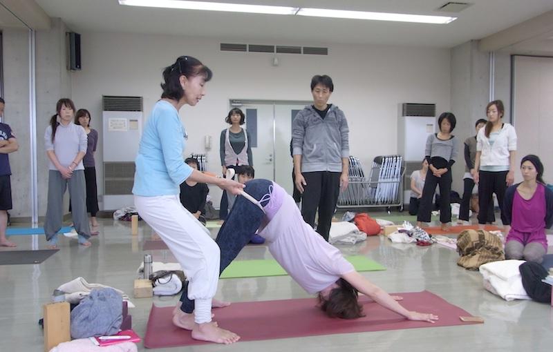 ストラップでアジャストする柳生直子先生