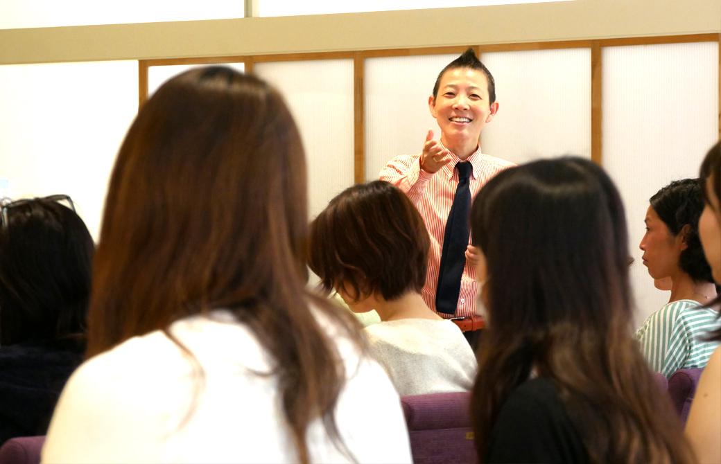 高尾美穂先生が生徒さんの話を笑顔で伺っている様子