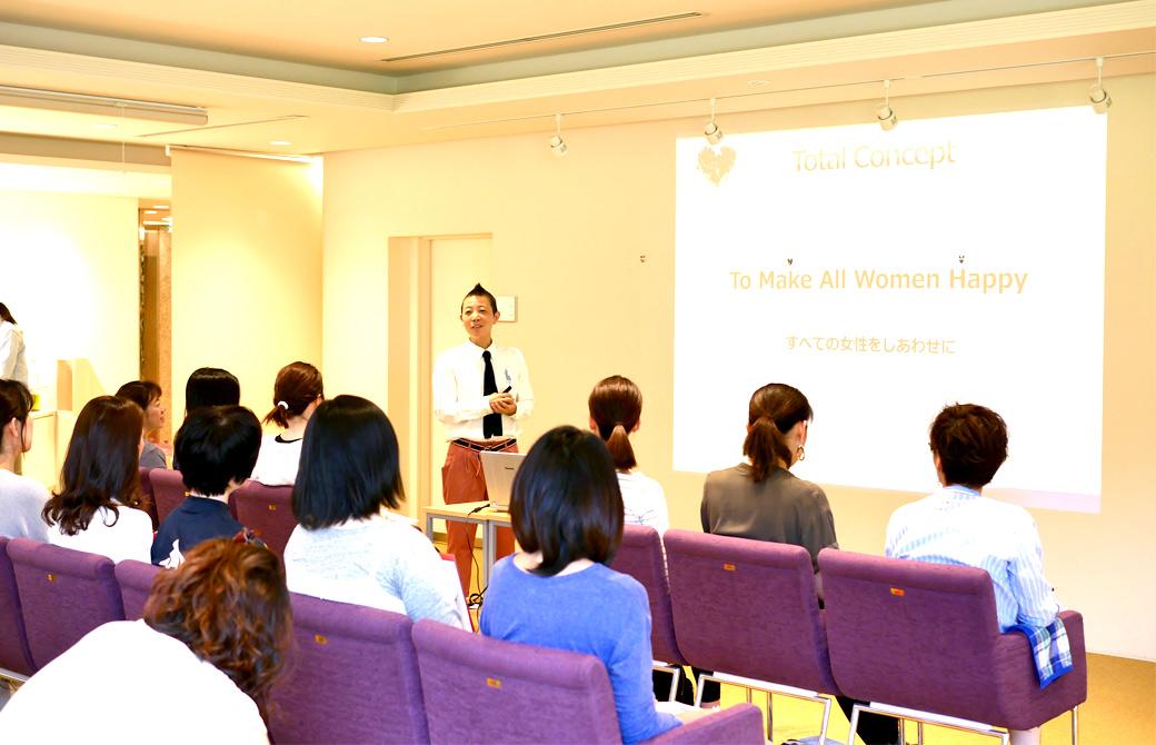 高尾美穂先生の講座風景。プロジェクターの映像を使用して講義している様子