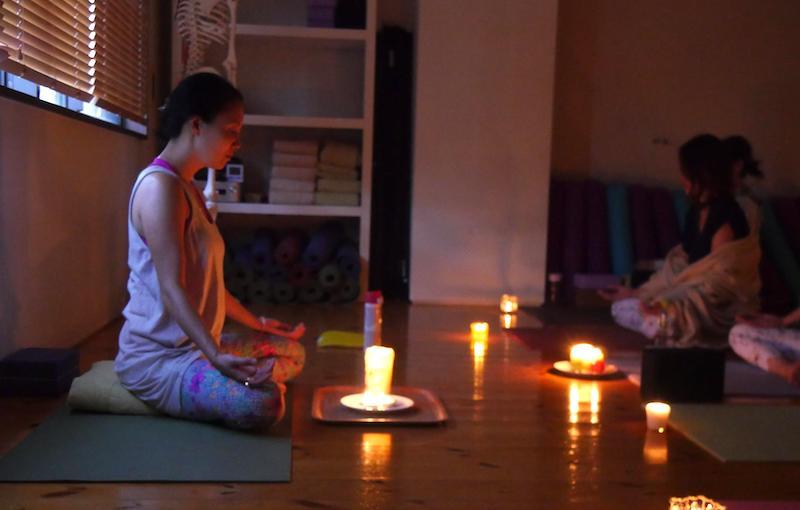 キャンドル瞑想をしている福田真理先生と生徒さん