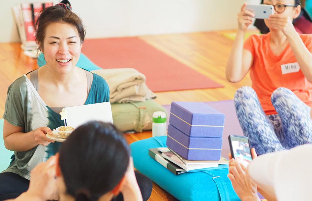 飯田順子さんがケーキを持って笑顔の様子