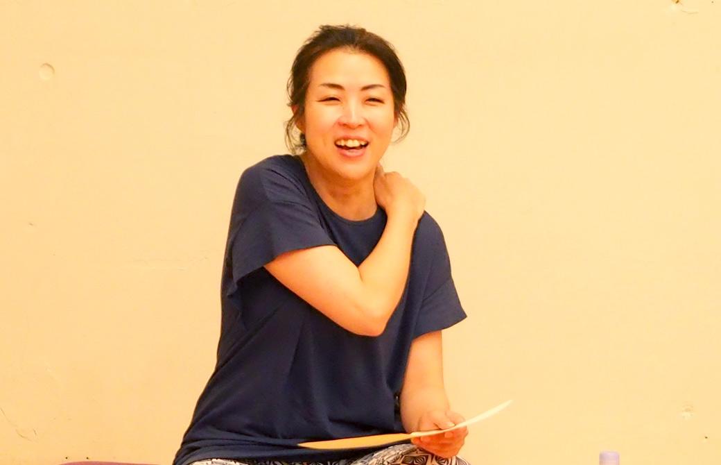 ハートオブヨガ指導者養成講座最終日、シェアリングサークルでお話する飯田順子さん。