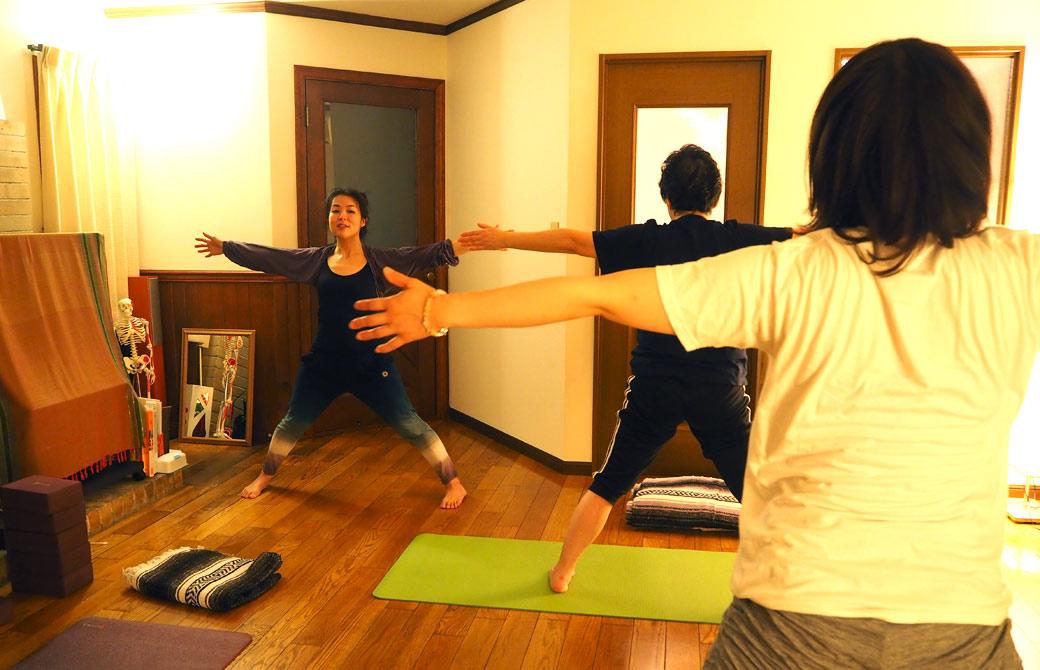 飯田順子さんがハートオブヨガを教えている様子