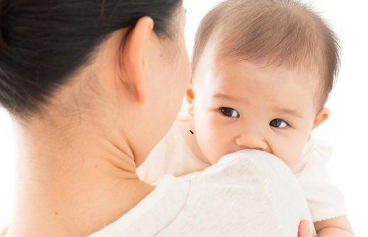母親に抱っこされる赤ちゃん