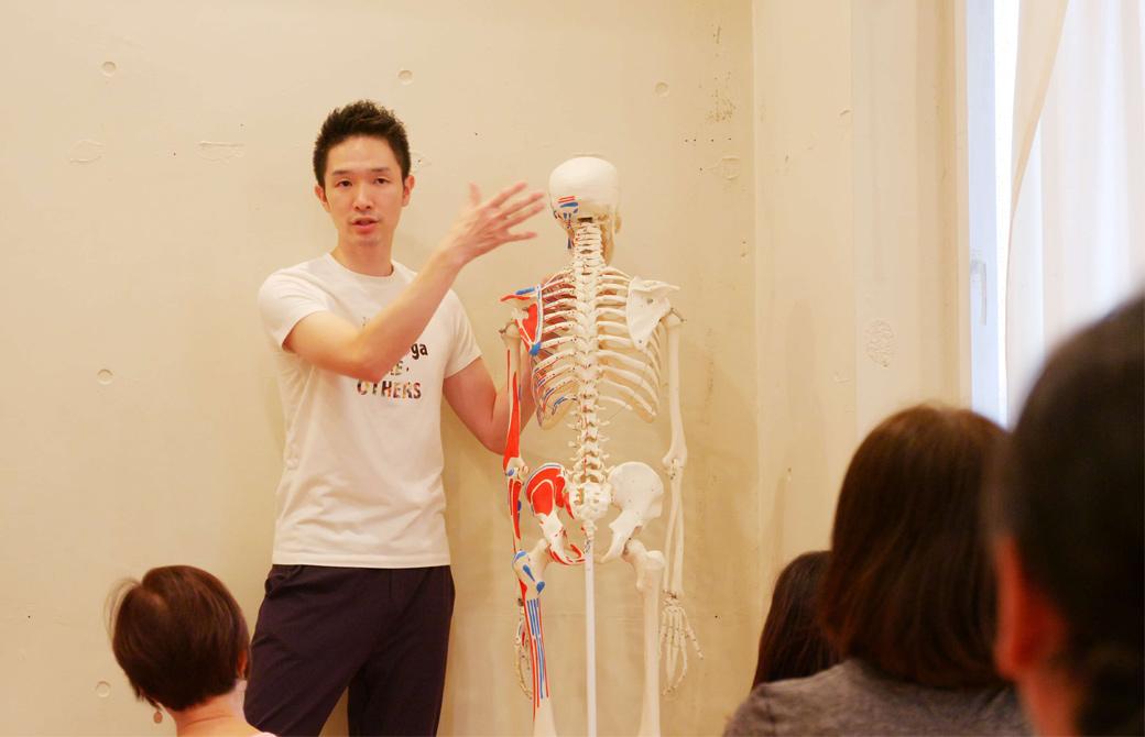 骨ナビの大江清一朗先生が骨模型で説明している様子