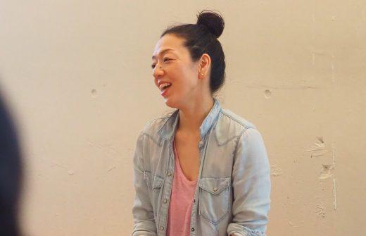ハートオブヨガ指導者養成講座で笑顔で講義を行う川原朋子先生