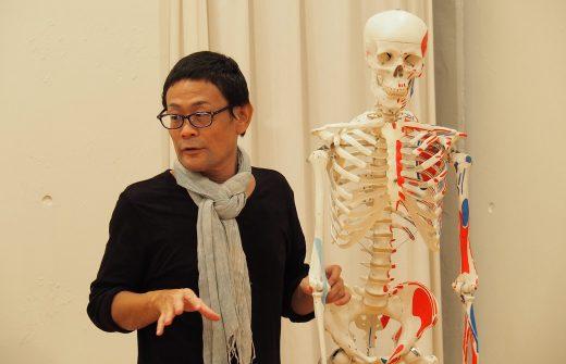 全身骨模型を使い講義を行う内田かつのり先生