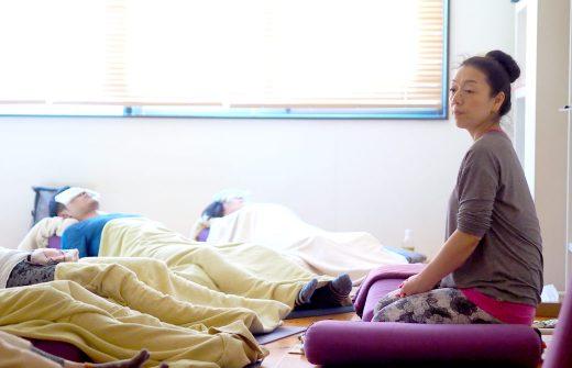 川原朋子先生がリストラティブヨガ体験クラスでインストラクションをしている様子