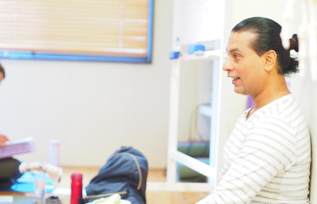 クリシュナ・グルジがアーユルヴェーダに基づくアーサナを学ぶの講座で指導をしている様子